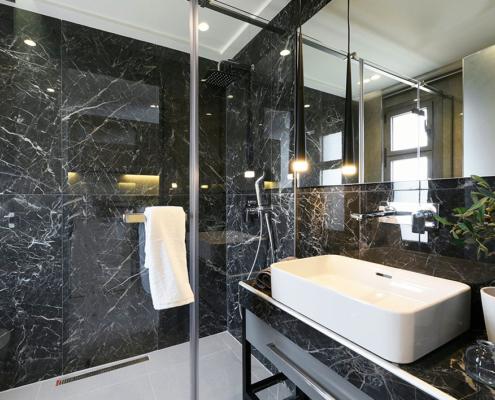 Καμπίνα μπάνιου με ανοιγόμενη πόρτα