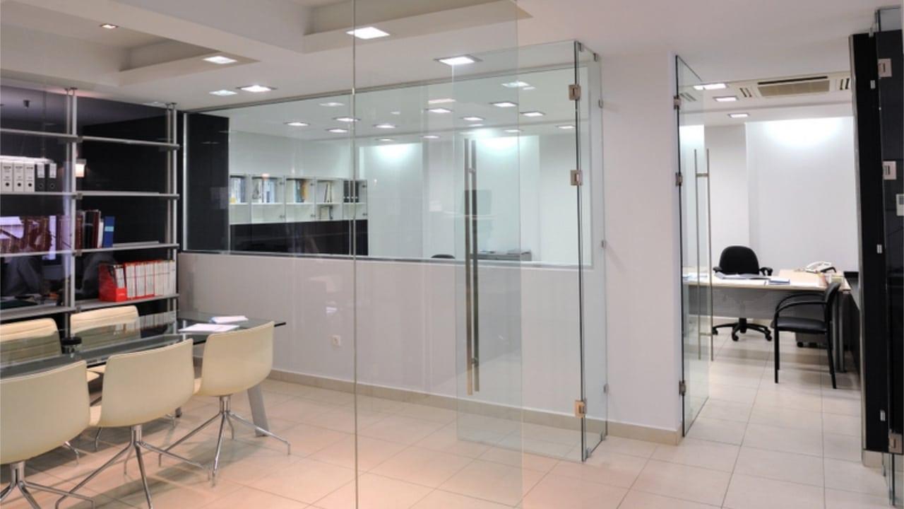 Γυάλινα διαχωριστικά γραφείων από τη Ribas Glass