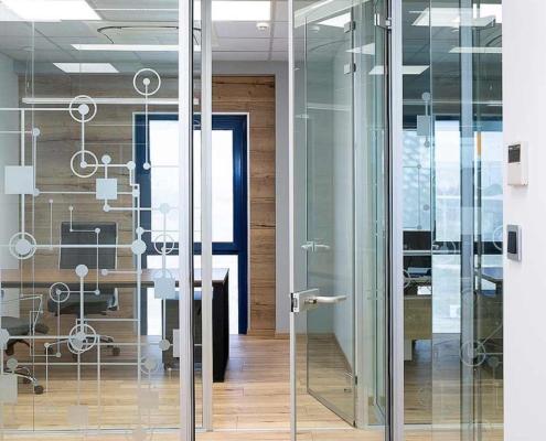 Γυάλινη πόρτα με κάσα αλουμινίου