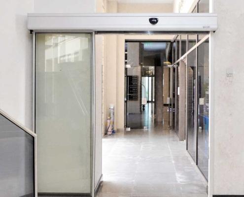 Αυτόματη δίφυλλη πόρτα με επάλληλα παρασυρόμενα κρύσταλλα