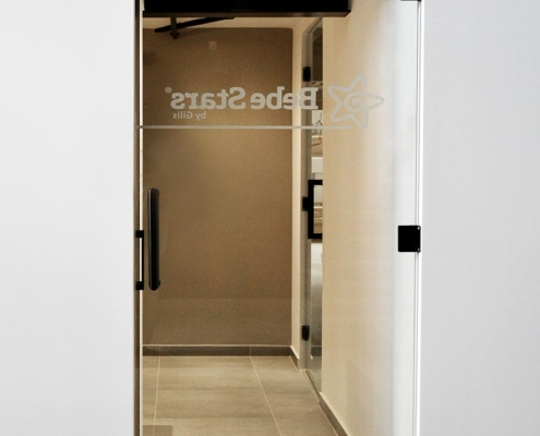 Γυάλινη πόρτα ανοιγόμενη
