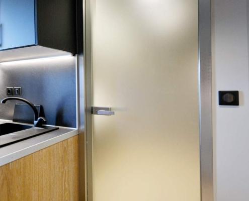 Γυάλινη πόρτα σατινέ με προφίλ αλουμινίου