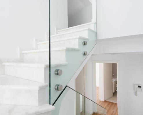 Γυάλινα κάγκελα σκάλας triplex με αποστάτες