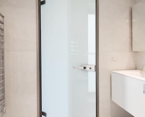 Γυάλινη πόρτα σατινέ με κάσα αλουμινίου