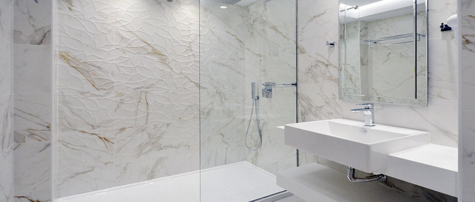 Σταθερό διαχωριστικό ντουζιέρας στο χώρο του μπάνιου
